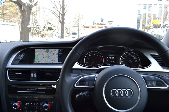 アウディA4 2.0クアトロの内装(運転席周り)