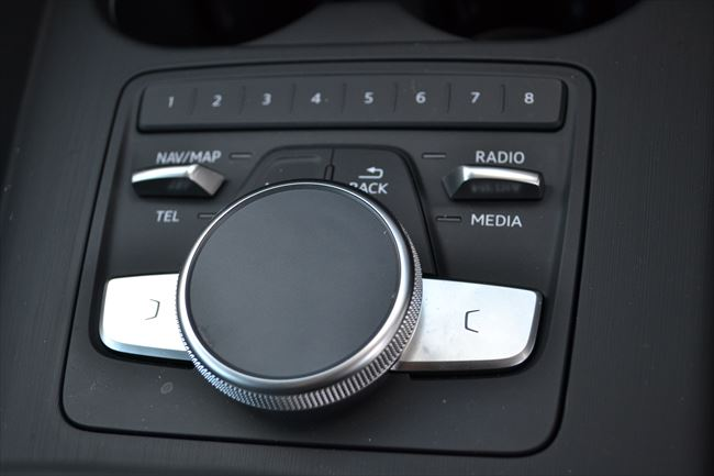 A4に装着されるAudi MMIのコントローラ