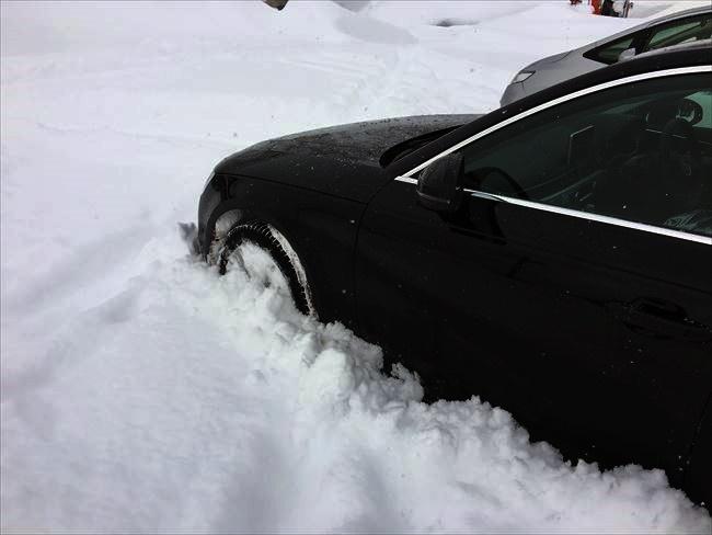 アウディ A4 2.0TFSIクワトロ 雪に埋もれる
