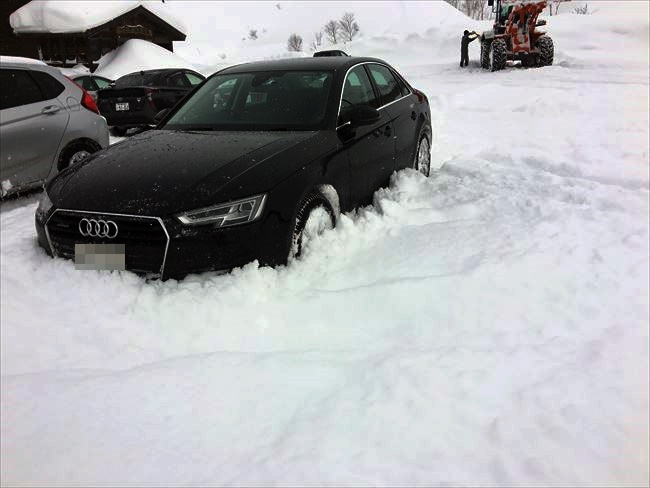 アウディ A4 2.0TFSIクワトロ 雪に埋もれた