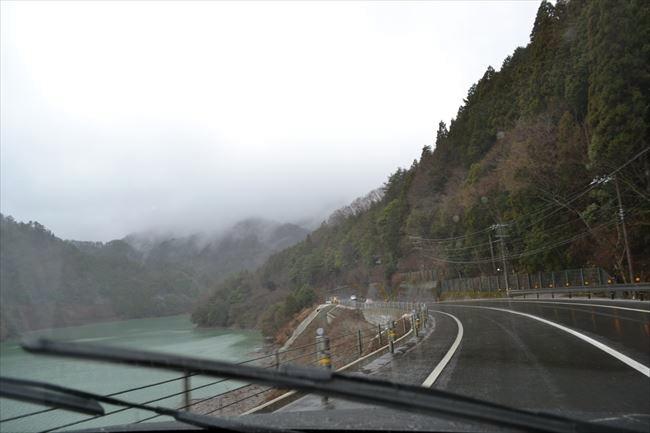 アウディQ5 クワトロで雨の山道を走行