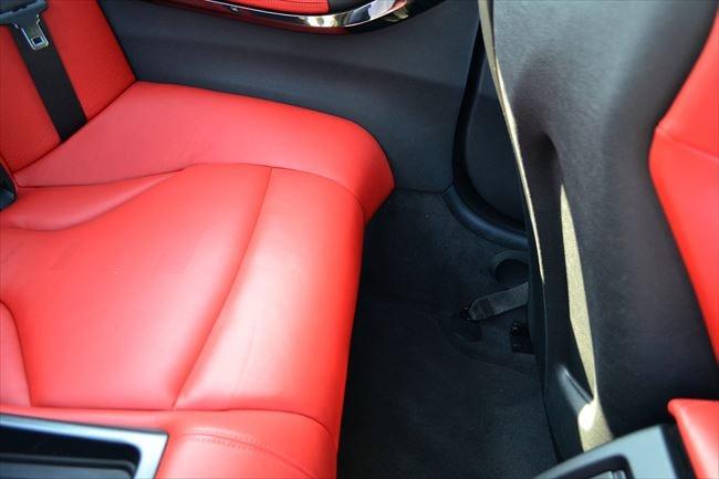 BMW M4の後部座席の広さ