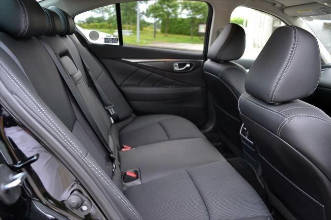 V37型 スカイライン後部座席
