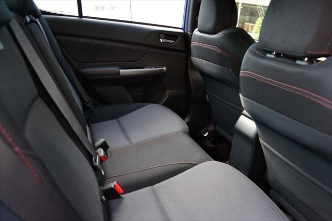スバルWRXの後部座席