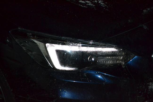 LEDヘッドライト(ハイビーム対応)+ステアリング連動ヘッドランプ